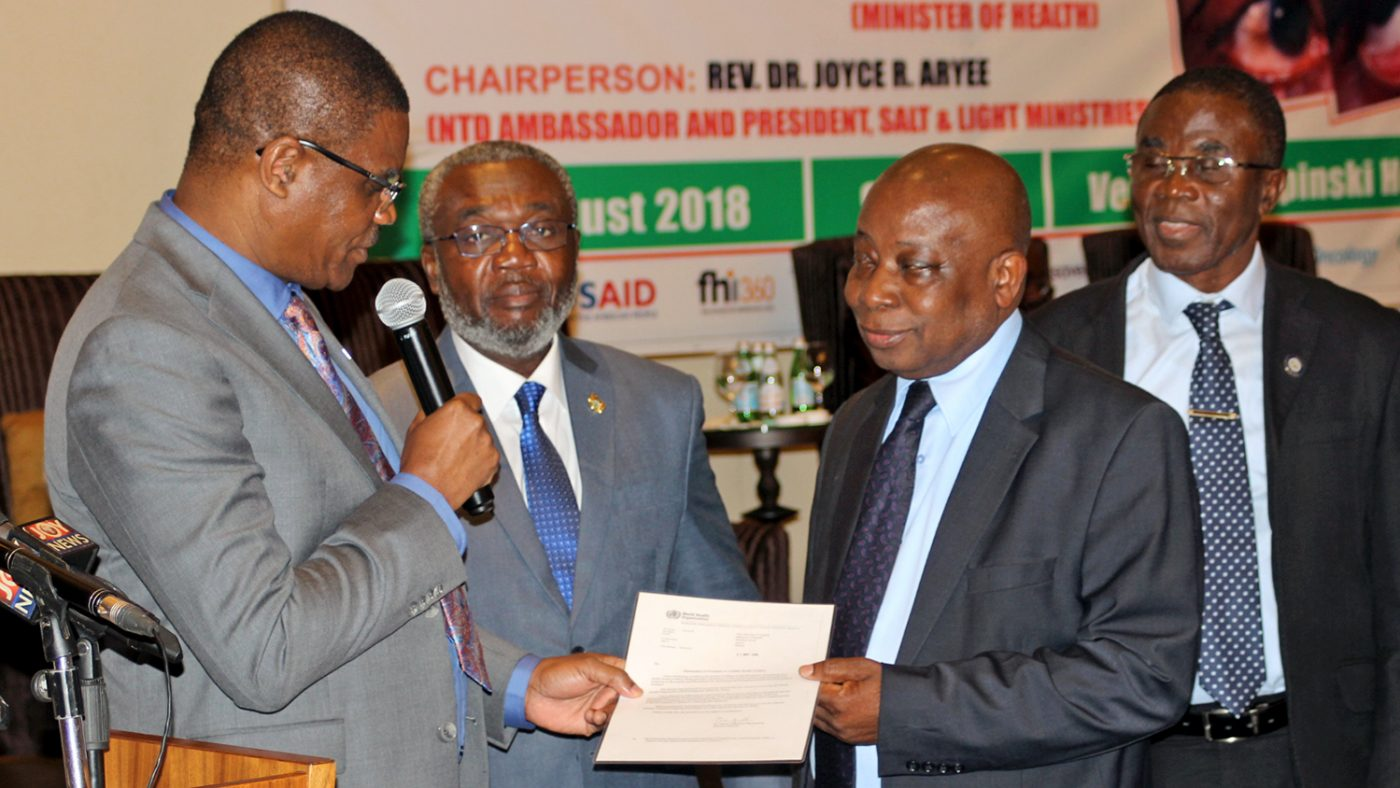 A representative from the World Health Organization presented a certificate to Ghanaian Minister of Health Kwaku Agyeman-Manu.