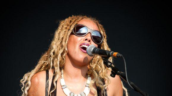 Charlotte Kelly from Soul II Soul sings on stage.