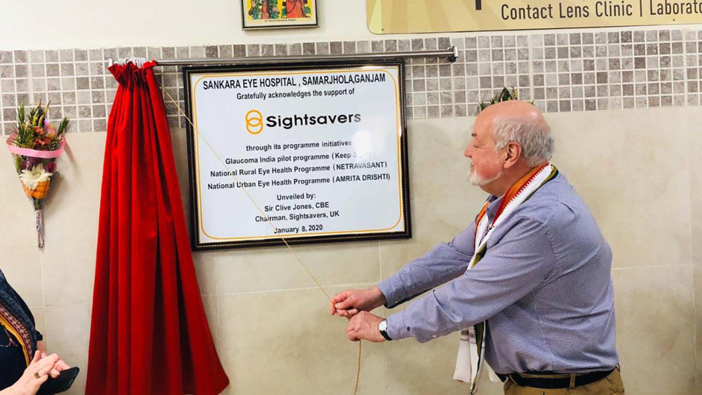 Sir Clive Jones unveils a plaque,