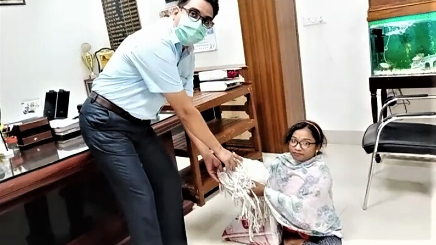 A lady with disabilities delivers masks to a clinic.